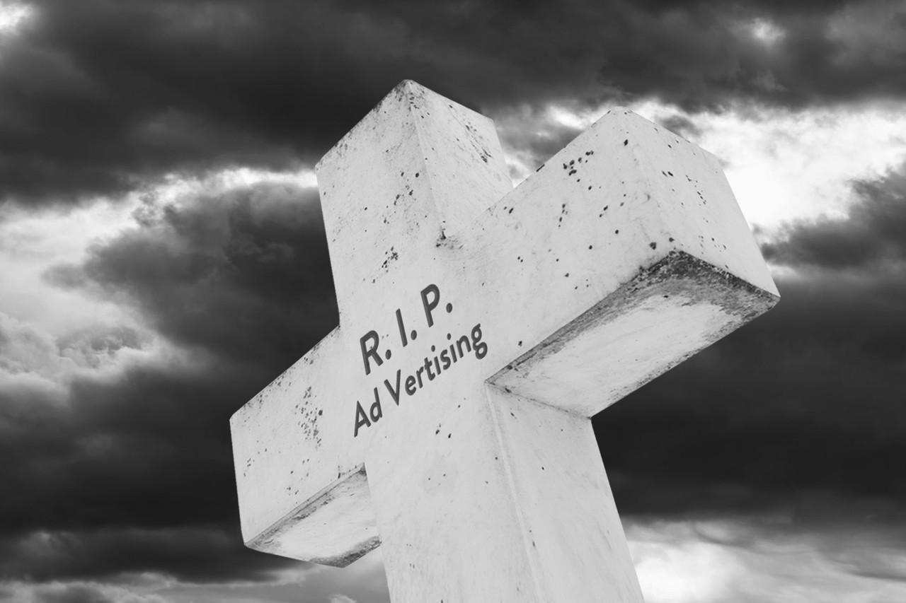 steinernes Grabkreuz für Werbung