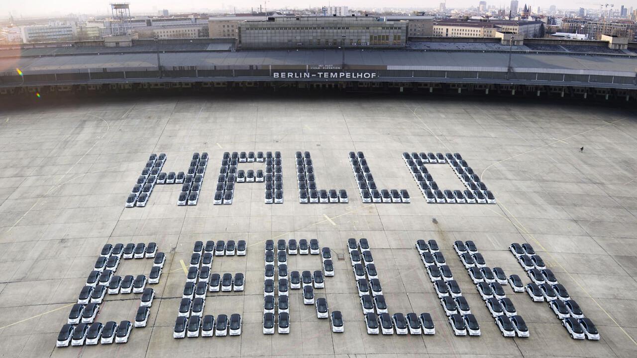 car2go Luftaufnahme smarts formen Schriftzu Hallo Berlin Tempelhof