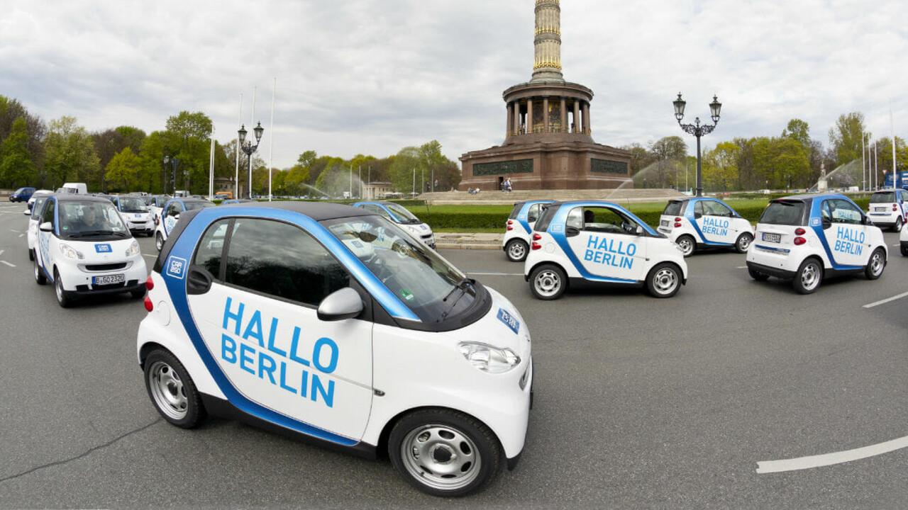 car2go Launchevent smarts mit Aufschrift HALLO BERLIN im Kreisverkehr vor der Siegesauele Berlin