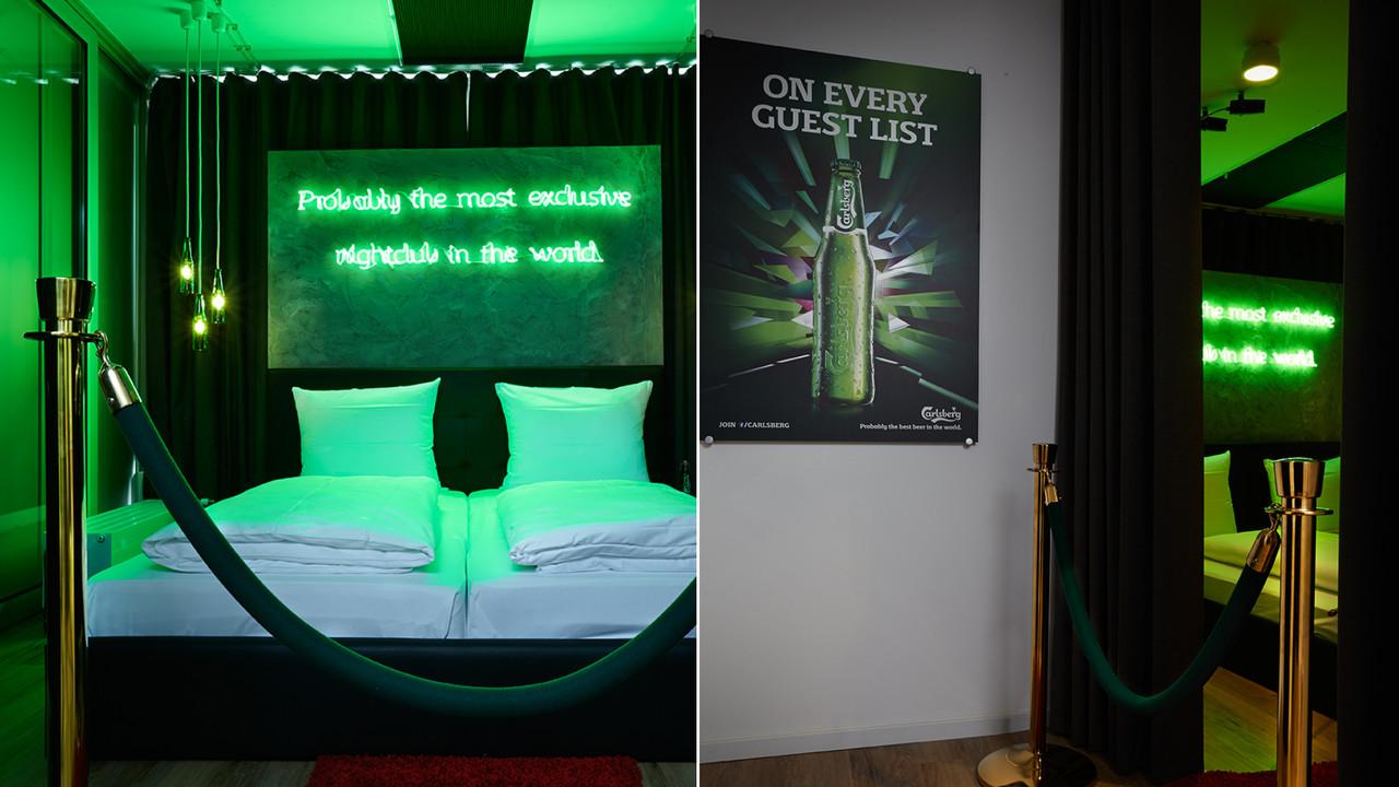 Carlsberg Aktion Bett und Neon Schriftzug Probably the most exclusive nightclub in the world.