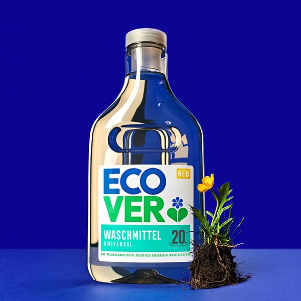 Ecover Keyvisual Ecover Waschmittelflasche mit kleiner Butterblume und Wurzeln auf blauem Hintergrund