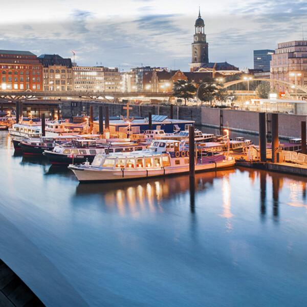 Mercedes Benz Niederlassung Hamburg Keyvisual Hafen Panorama Spiegelung in einem Mercedes Kotfluegel