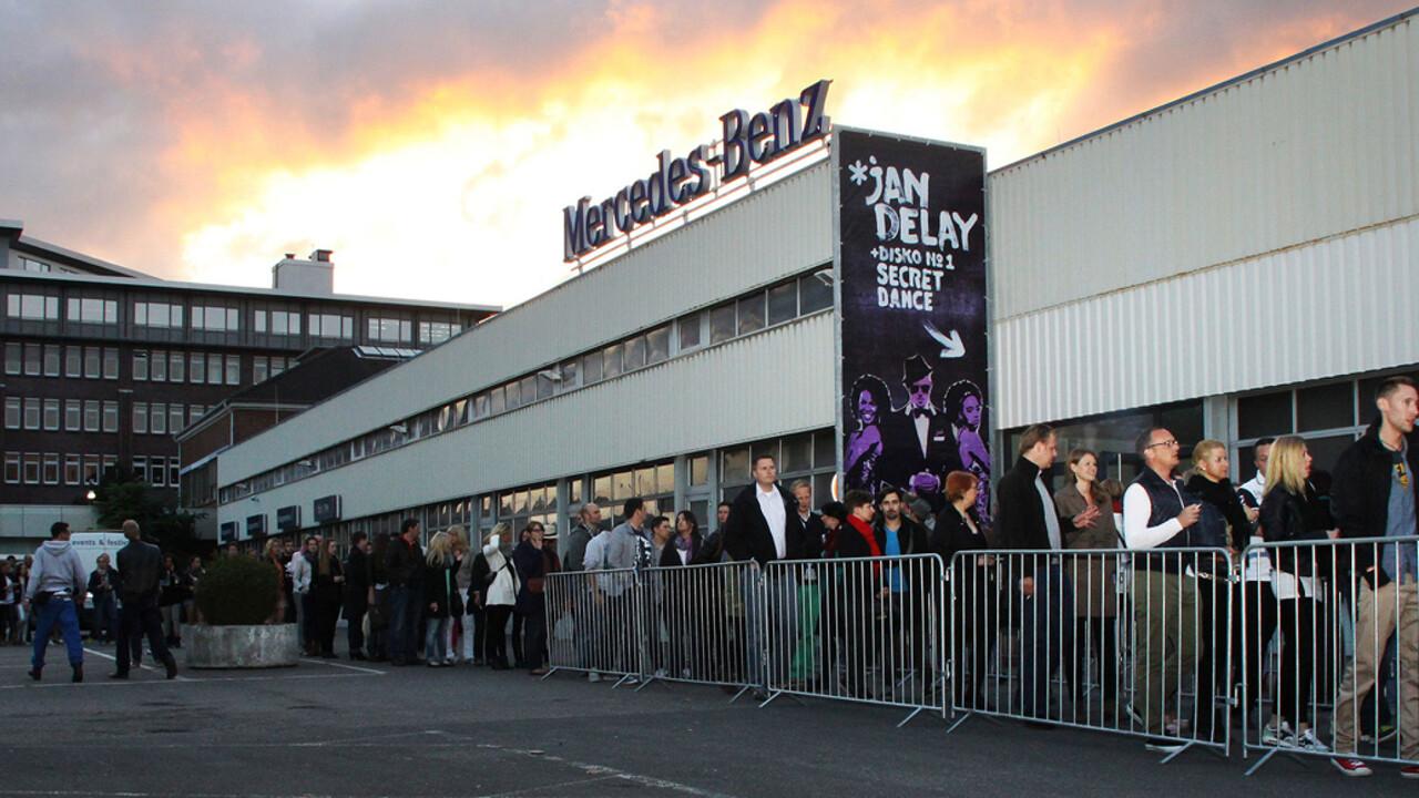 Mercedes Benz Niederlassung Hamburg Event Jan Delay Disko No1 Secret Dance Gaeste stehen in einer Schlange an