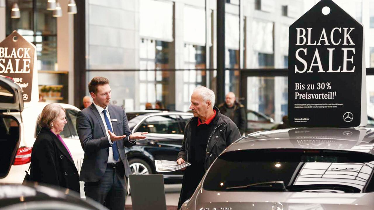 Mercedes Benz Black Sale POS Kundengespräch
