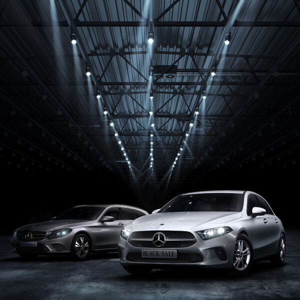 Mercedes Benz Black Sale Keyvisual zwei silberne Mercedes in einer Lagerhalle