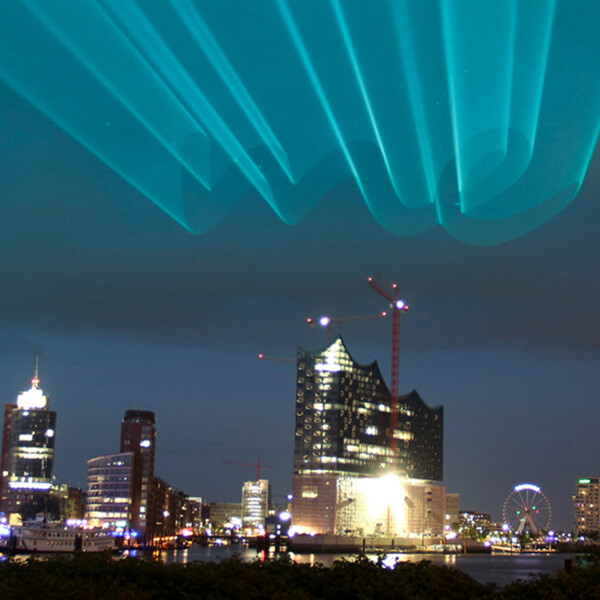 Mercedes me Keyvisual Laser Schriftzug me im Nachthimmel über der Elbphilharmonie Hamburg
