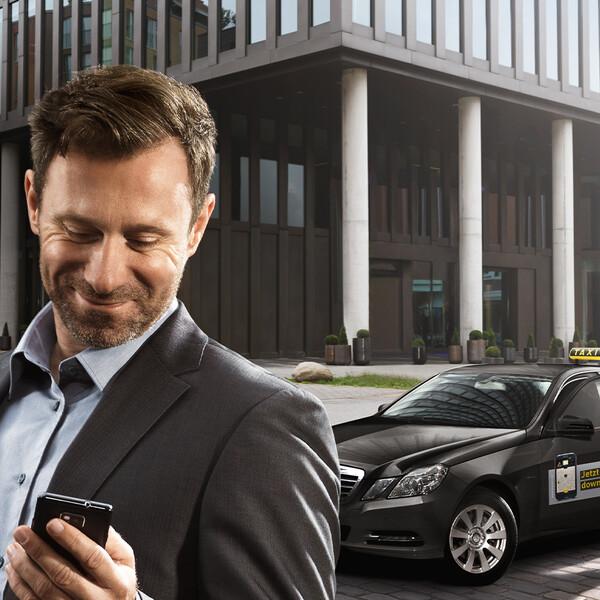 mytaxi Keyvisual schick gekleiderter Mann sieht auf sein Handy und steigt in einen schwarzen myTaxi Mercedes