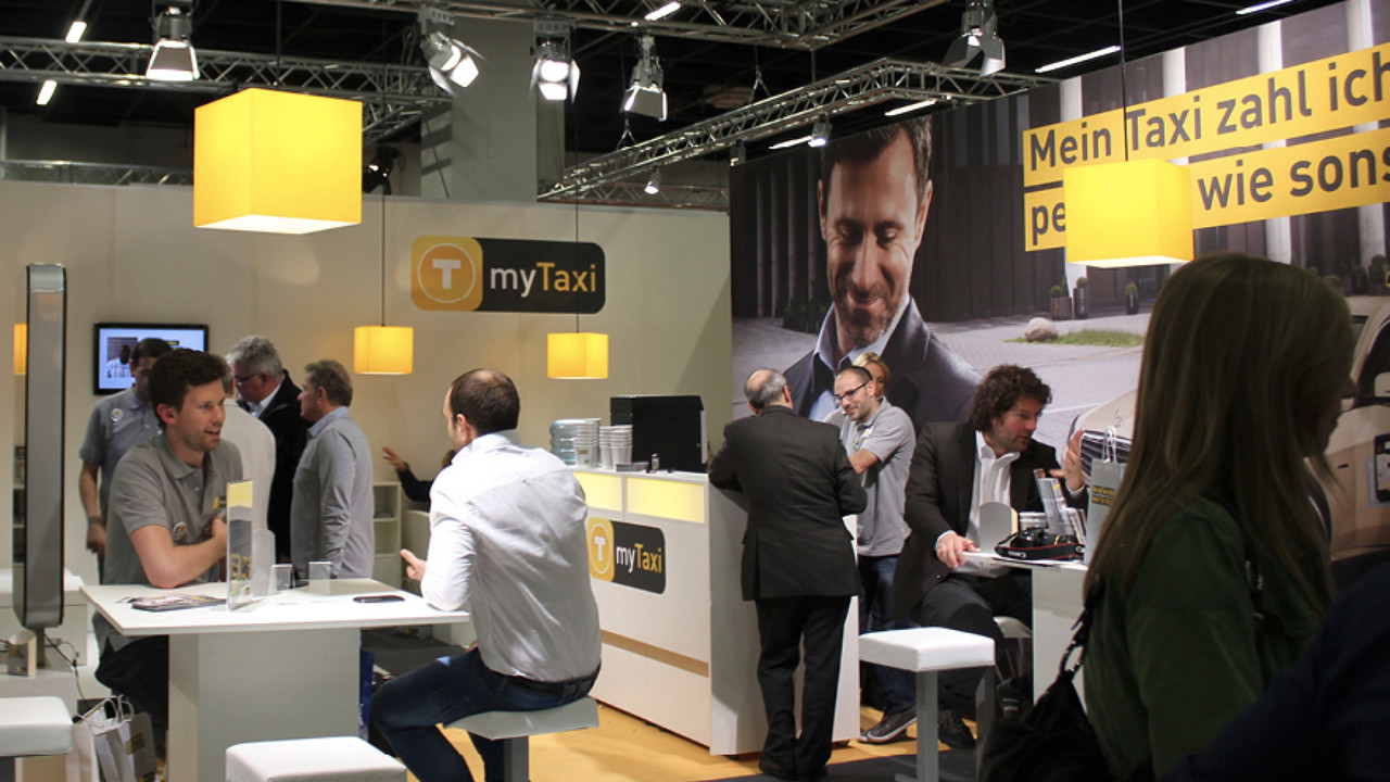 mytaxi Messestand Berater im Gespräch