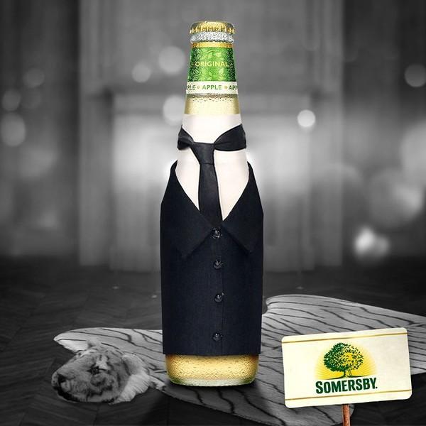 Somersby Social Posting Dinner for One Sommersby Flasche im Frack auf ausgestopften Tigerteppich
