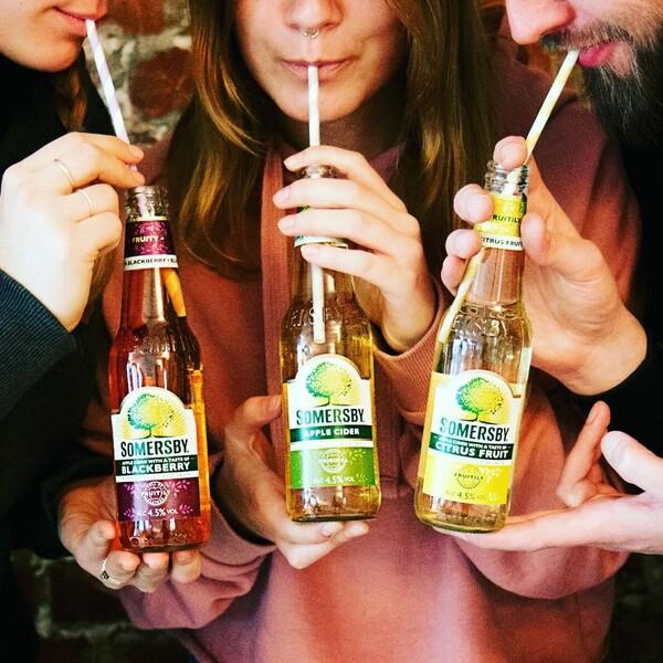 Somersby Social Posting zwei junge Frauen und ein Mann trinken mit dem Strohalm unterschiedliche Sorten Somersby aus der Flasche