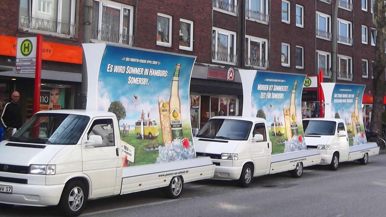 Somersby drei Fahrzeuge mit Werbetafeln Es wird Sommer in Hamburg. Somersby.