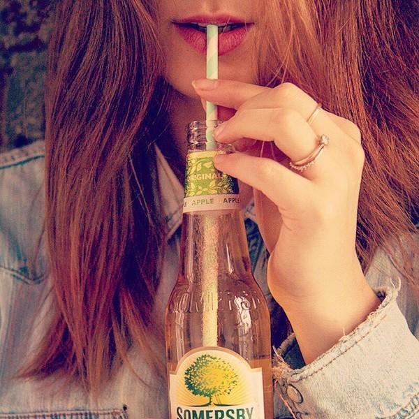 Somersby Social Posting rothaarige junge Frau trinkt Somersby mit Strohalm aus der Flasche
