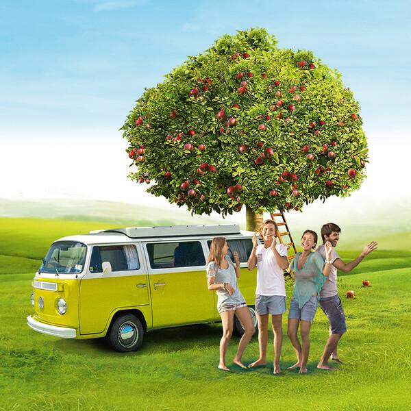 Somersby Keyvisual alter VW Bus auf einer grünen Wiese davor tanzen vier sommerlich angezogene Personen unter einem Apfelbaum