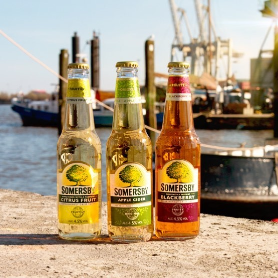 Somersby Social Posting drei unterschidliche Sorten Somersby Flaschen in der Sonne auf einem Dock am Hafen