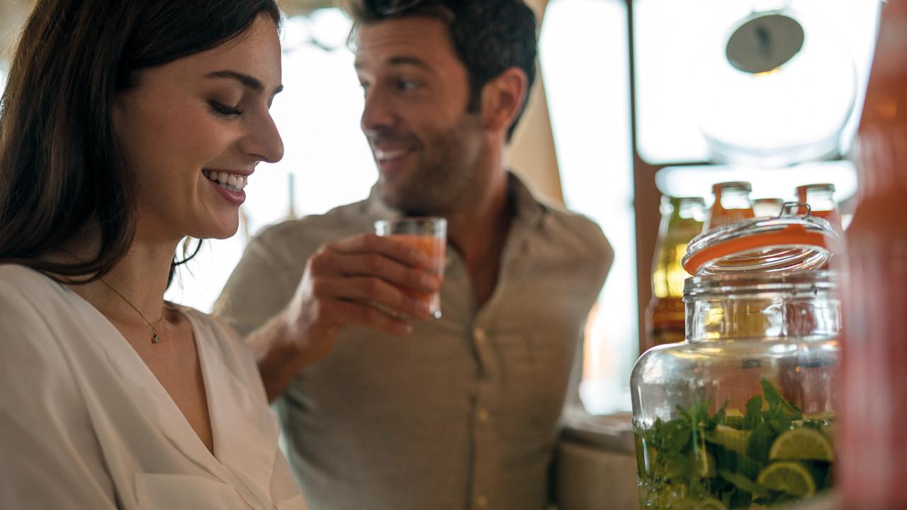 StrandGut Resorts junges Paar steht im StrandGut Resort in St. Peter-Ording am Fruehstuecksbuffet