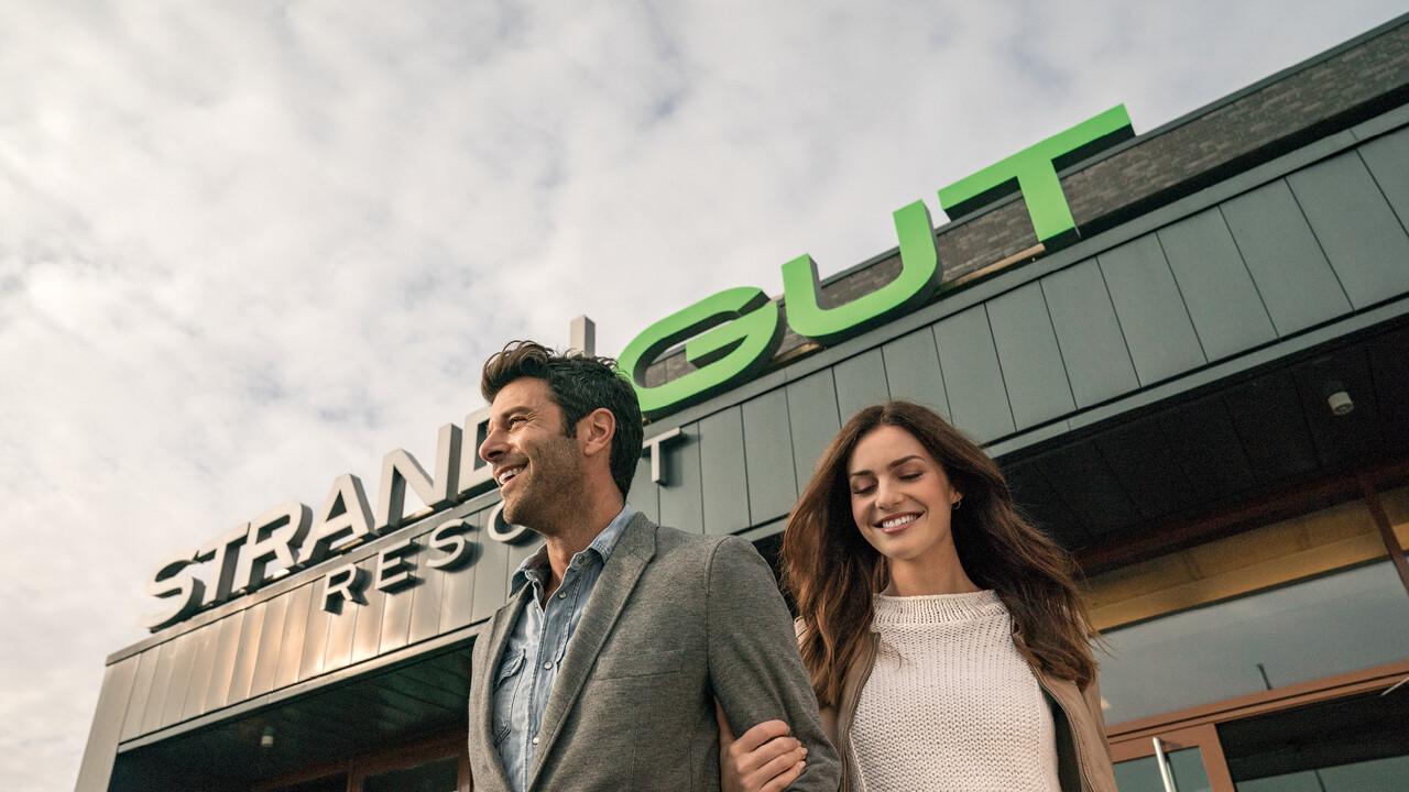 StrandGut Resorts junges Paar verlässt glücklich das StrandGut Resort in St. Peter-Ording