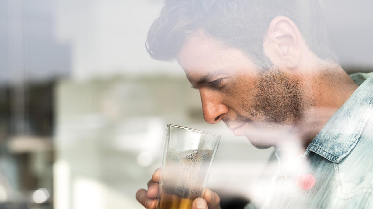 StrandGut Resorts junger Mann riecht an seinem Tee